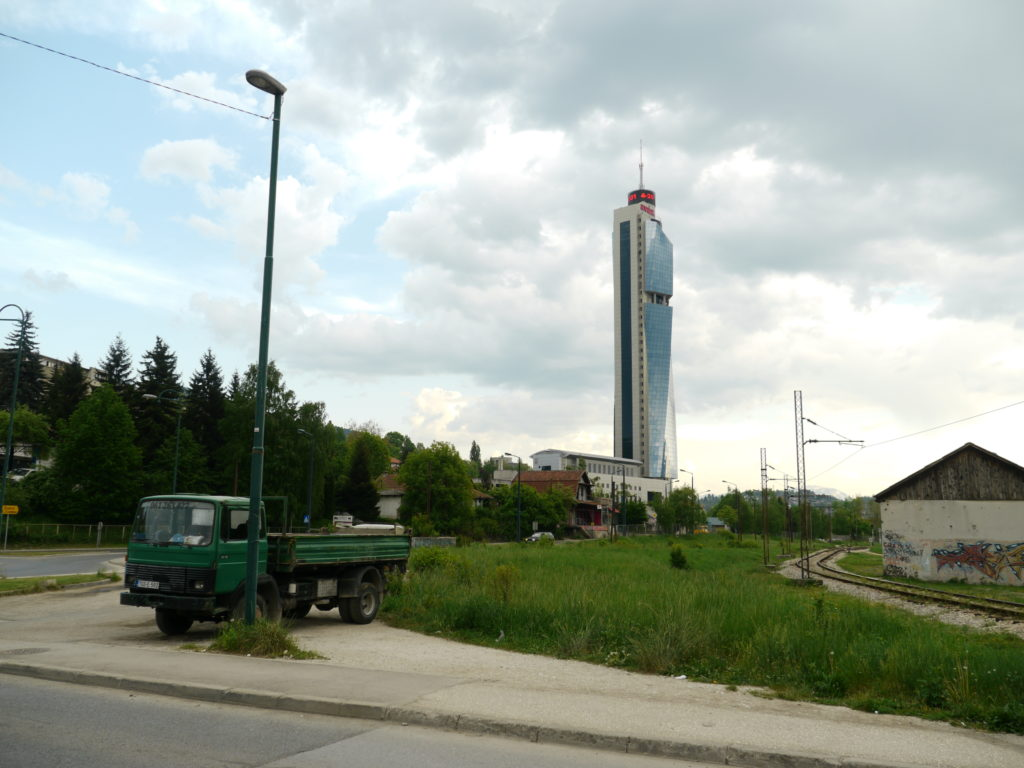 アバズ・ツイスト・タワー裏